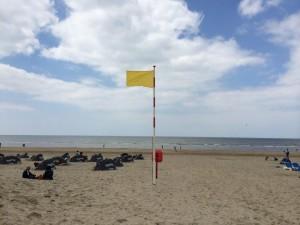 Gele vlag op het strand van Zandvoort