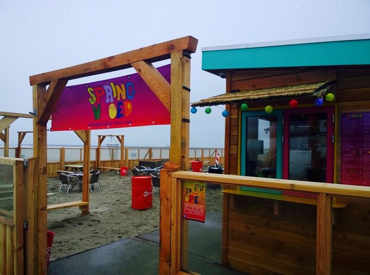 Springvloed trampolines aan zee 1