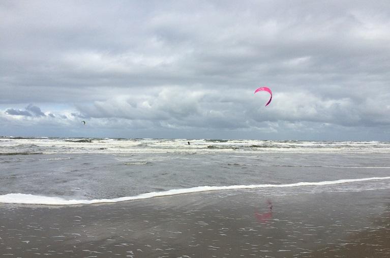 Kitesurfers gered uit zee