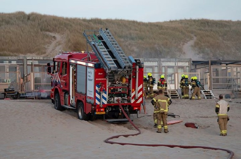 Brandweeroefening bij strandhuisjes Castricum