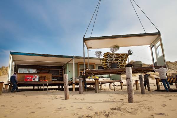 Strandpaviljoen De Vrijheit opbouwen