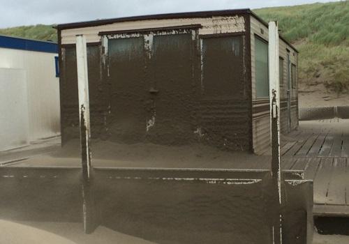 Zomerstorm strandhuisje Wijk aan Zee op het strand
