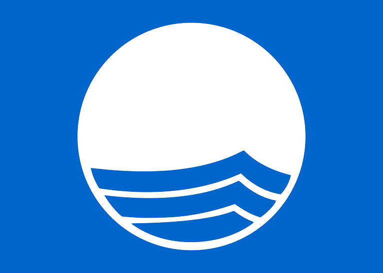Blauwe vlag logo op het strand